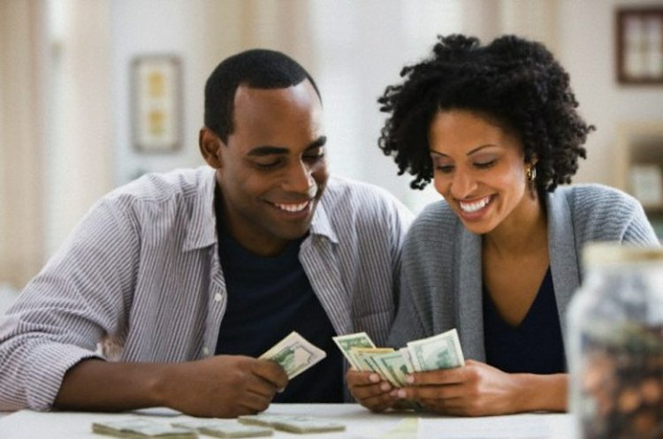black-couple-cash_t750x550