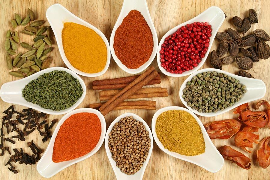ga-curry-propriedades-medicinais-colheres