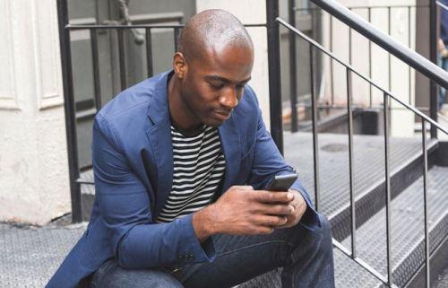 black-man-smartphone