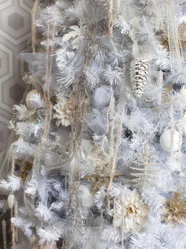 BPF_holiday-house_interior_all_white_christmas_tree_layered_tones_v.jpg.rend.hgtvcom.1280.1707