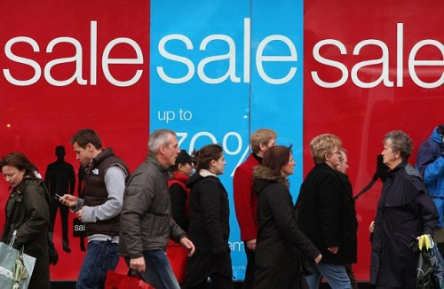 Shoppers pictured on Princes Street in Edinburgh looking for bargains in the sales. Shopping centres throughout the UK are bracing themselves for an even bigger rush today as the post-Christmas sales get into full swing. PRESS ASSOCIATION Photo. Photo date: Friday December 27, 2007. With the run-up to Christmas generally perceived as slow, many chains opened yesterday hoping to attract shoppers amid signs of economic slowdown fuelled by the Northern Rock crisis and the global credit crunch. See PA story CONSUMER Sales. Photo credit should read: David Cheskin/PA Wire